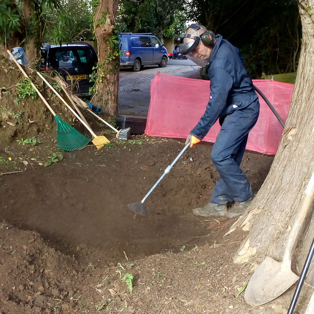 Airspade in action - Objective Tree Consultancy